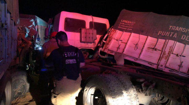 Dos conductores quedaron atrapados al chocar tres camiones en la ruta 91