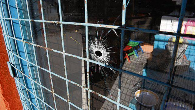 Impacto. Uno de los disparos que recibió la vivienda de Horacio Yannotti.