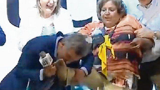 Cenicienta. Macri besó el pie de una seguidora que perdió su zapato.
