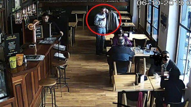 Las cámaras de un bar sorprendieron al ladrón de un celular