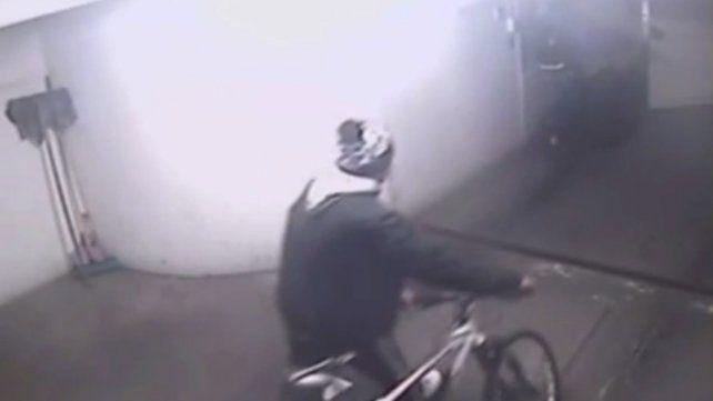 El video de dos ladrones que ingresan en la cochera de un edificio y roban dos bicicletas