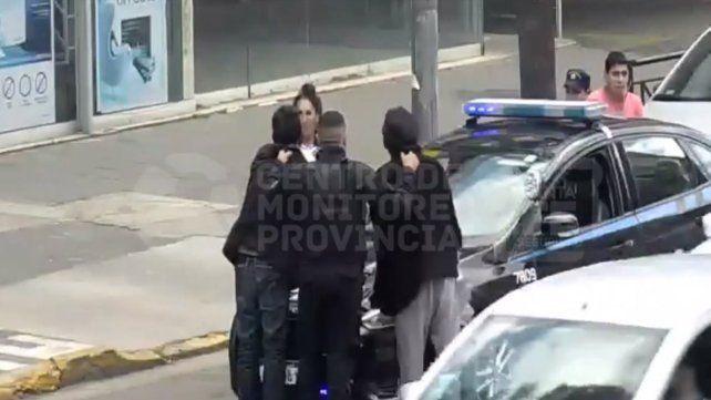 Un video muestra la detención de tres trapitos que protagonizaron una gresca