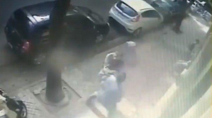 Le robó el celular a una mujer, pero un vecino lo tiró al piso cuando escapaba
