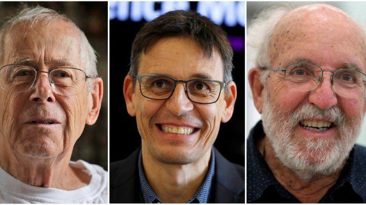 Los ganadores. James Peebles fue reconocido por sus aportes teóricos y sus colegas Michel Mayor y Didier Queloz por hallar un exoplaneta.