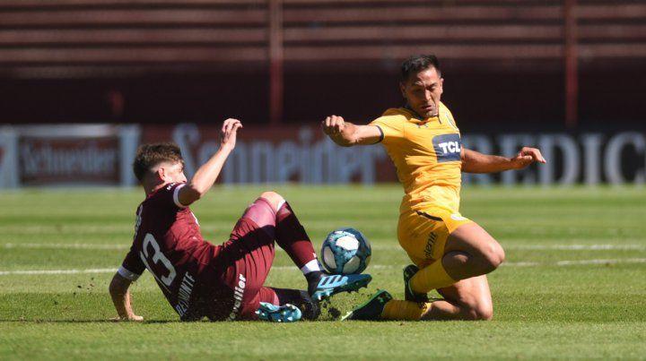 En el piso. Rinaudo disputa el balón con Belmonte. El equipo canalla arrastra una seguidilla de siete empate consecutivos y eso le impidió despegarse del fondo.