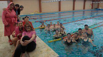 Pasados por agua. Los grupos de la profe Edit, ayer en una de las dos clases semanales de natación en la pileta de 25 metros.