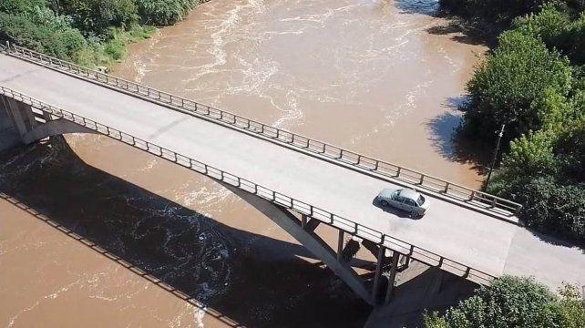Peligro. El puente actual presenta deficiencias que se acentúan durante épocas de inundaciones.