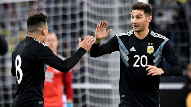 Entró y marcó. Lucas Alario celebra el tanto del descuento junto a Marcos Acuña.