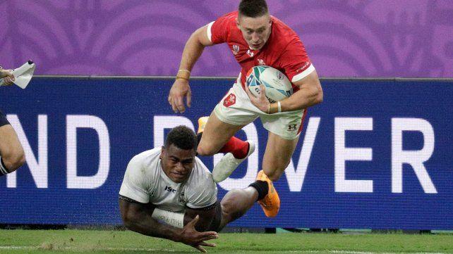 Intenso. El fijiano Josua Tuisova tacklea al galés Josh Adams en un partidazo.