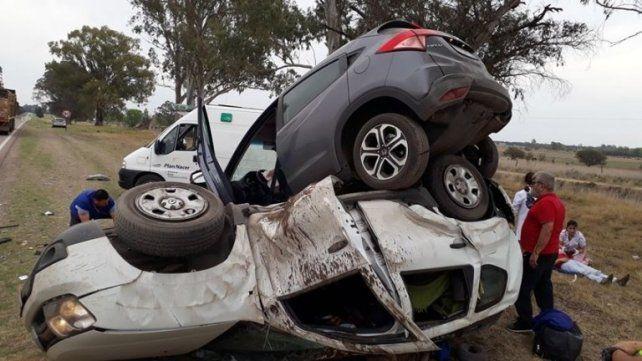Conmoción por un impactante choque entre dos camionetas
