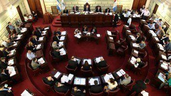 Acusaciones cruzadas entre peronistas y socialistas por la transición.