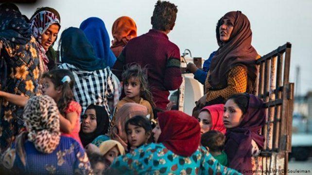 Familias kurdas completas escapan del avance de los turcos.