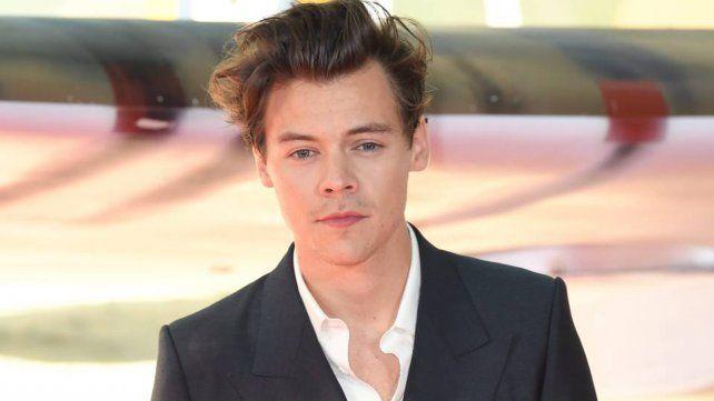 Harry Styles regresa descamisado y con mensajes misteriosos para sus fans