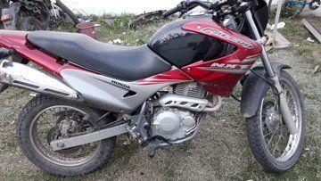 La moto que secuestró la policía esta tarde y con la que los delincuentes se movilizaban. (Foto: @joseljuarezJOSE)