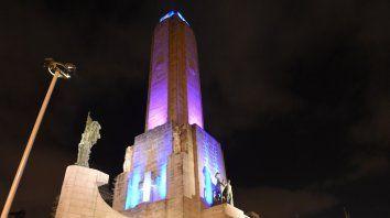 Distintos monumentos, en todo el país, se visten de rosa en el mes de la concientización del cáncer de mama.