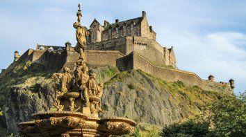 Un ícono. El Castillo de Edimburgo, encaramado en lo alto de un volcán inactivo y situado al final de la Royal Mile, es según Turismo de Gran Bretaña, la atracción turística más popular de la ciudad.