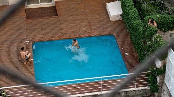 San Martín 1661. Los jóvenes nadaron en la pileta y hasta se mofaron de los vecinos que los filmaron.