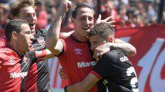 Doblete. Lema festeja uno de sus dos goles a Huracán, abrazado por Fernández y Maxi. Cacciabue se suma.