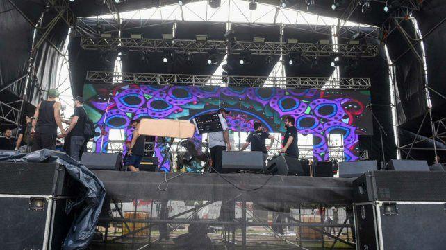 Los técnicos trabajan esta mañana contrarreloj en el escenario principal.