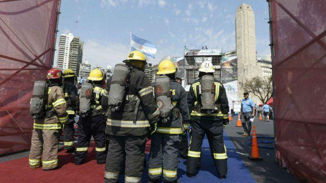Los bomberos voluntarios se convocan frente al Monumento.