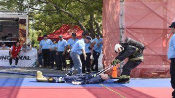 En acción. Un agente arrastra un maniquí simulando el rescate de una víctima.