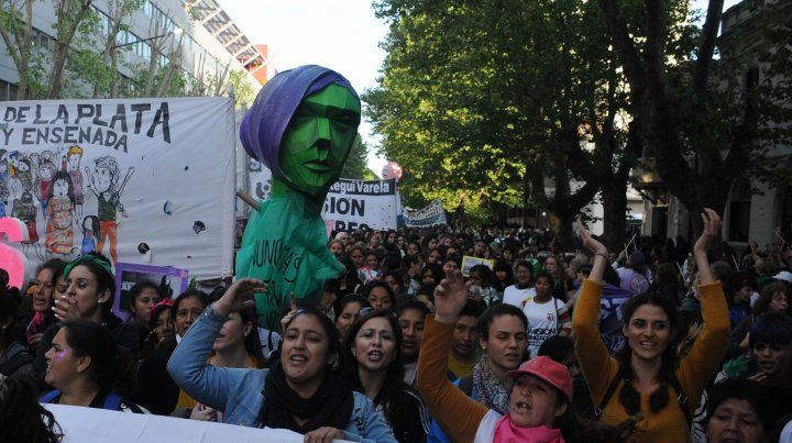 Una multitud marchó en el cierre del Encuentro Nacional de Mujeres