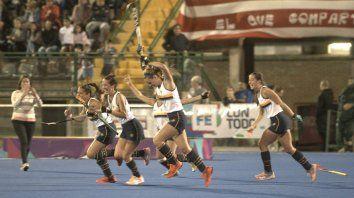 3-0 sellado. Arancibia ya le tapó a Centurión el sexto penal y las chicas de GER salen a celebrar el título.