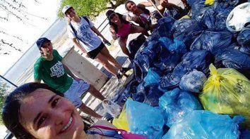 Misión cumplida. Los jóvenes llenaron numerosas bolsas con residuos.