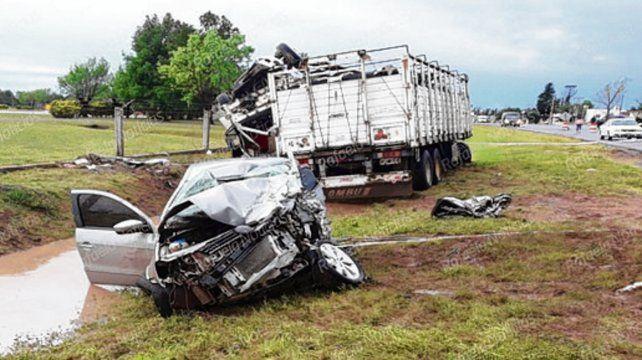 Destrozado. El automóvil se estrelló frontalmente contra el camión.