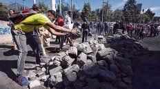 A limpiar. Los vecinos se organizaron para eliminar trincheras hechas con piedras que bloqueaban las calles.