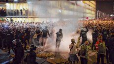 Batalla campal. La policía catalana trata de contener a una multitud enfurecida en El Prat.