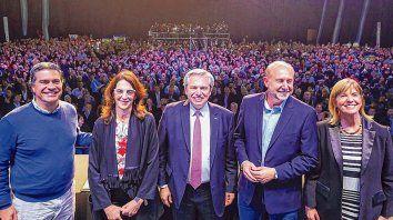 Es con todos. Capitanich, Bielsa, Fernández, Perotti y Rodenas, tras el acto del Foro de Ciudades.