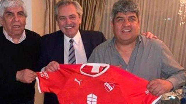 Cómo fue el plan para sacarle la foto con la camiseta de Newells a Alberto Fernández