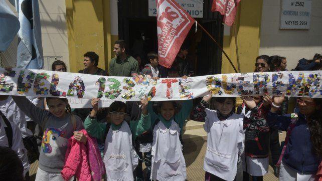 El abrazo solidario que alumnos, padres y docentes realizaron hace casi un año ante los hechos de vandalismo.