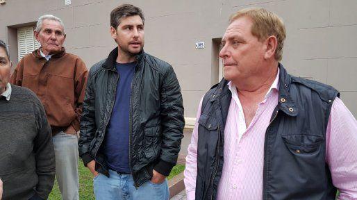 El jefe comunal de Los Cardos (a la derecha en la foto), que termina su mandato en diciembre, fue imputado por peculado y también por negociación incompatible con la función pública.