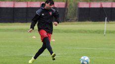De primera. Mauro Formica impacta la pelota en la mañana lluviosa de Bella Vista.