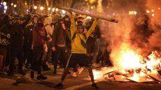 Sin freno. Jóvenes encapuchados se adueñaron del centro de Barcelona. Incendiaron 157 barricadas.