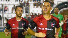 Fue con todo. Maxi y Scocco salen a la cancha en la primera visita de Newells a Paraná.