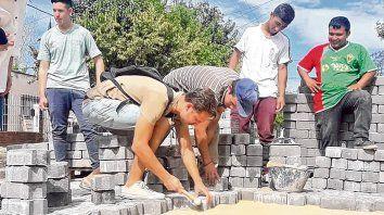 Manos a la obra. Los jóvenes santafesinos compartieron experiencias de trabajo con sus pares extranjeros.