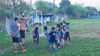 Deporte e inclusión. Unos 170 niños asisten a entrenamientos deportivos en la sede del club de Capitán Bermúdez.