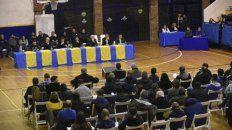 Frente a frente. Los asambleístas escuchan la palabra de los dirigentes previa a la votación.