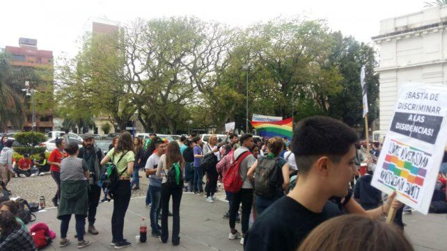 Los militantes del colectivo LGBTIQ acamparon durante tres días en la puerta de la Legislatura.