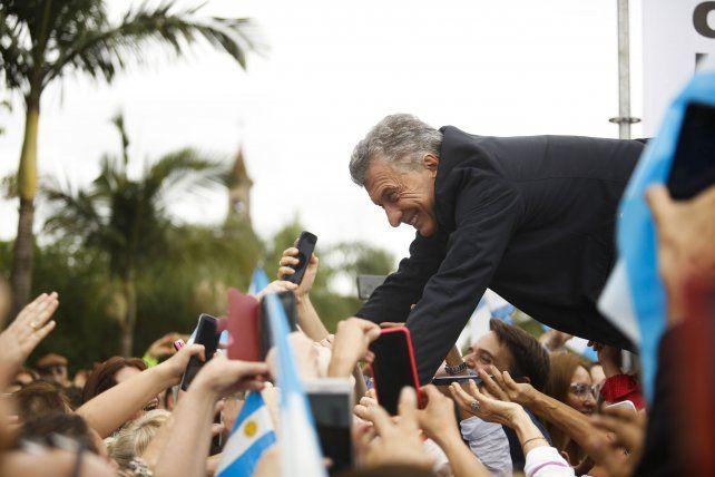 Política: Mauricio Macri hace campaña en el Chaco manejando un tractor