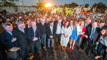 Todos. Ex funcionarios, gobernadores y legisladores electos y en funciones junto a Alberto Fernández y Cristina Kircher en el acto de ayer.
