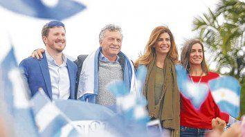 caravana. Macri, ayer en Reconquista, junto a Angelini, candidato a diputado nacional por Santa Fe.