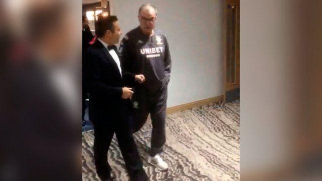 Fiel a sus costumbres el Loco Bielsa asistió a una gala del Leeds en jogging y zapatillas