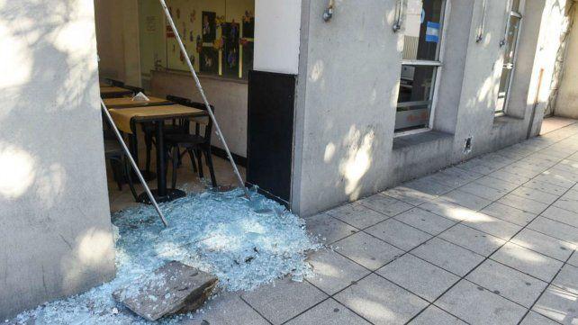 La puerta-ventana quedó totalmente destruida por el piedrazo