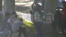 Un video muestra que dos jóvenes le roban a un grupo de chicas