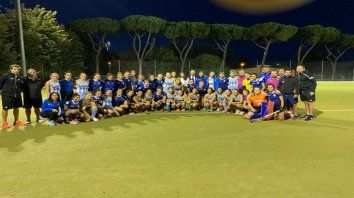 Los planteles de Las Leonas e Italia, con mayoría de jugadoras argentinas nacionalizadas, ayer en Roma.