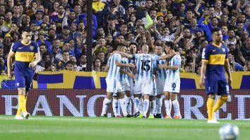 Festejo albiceleste. Todos abrazan a Zaracho tras el gol, lo sufre el colombiano Fabra.